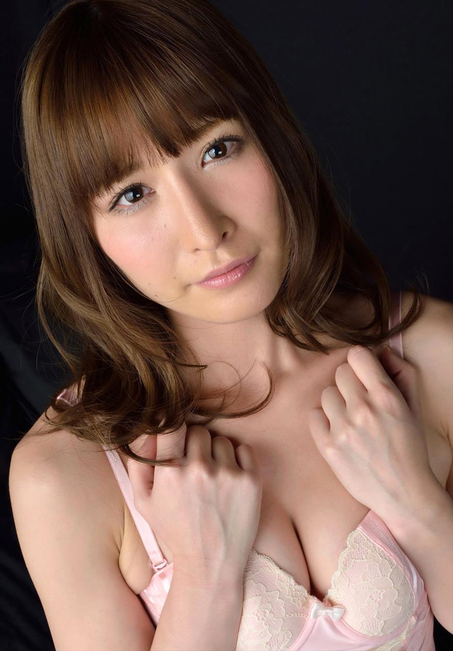 Yoshimi Iyo 吉見衣世